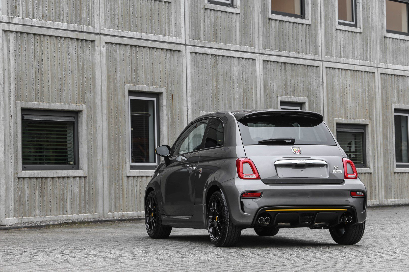 dit kost de gelimiteerde abarth 595 pista. Black Bedroom Furniture Sets. Home Design Ideas