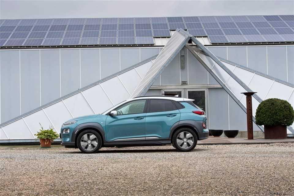 Hyundai KONA electric blauw wit dak zijkant voor gebouw met zonnepanelen beste prijs range actieradius ev elektrische auto