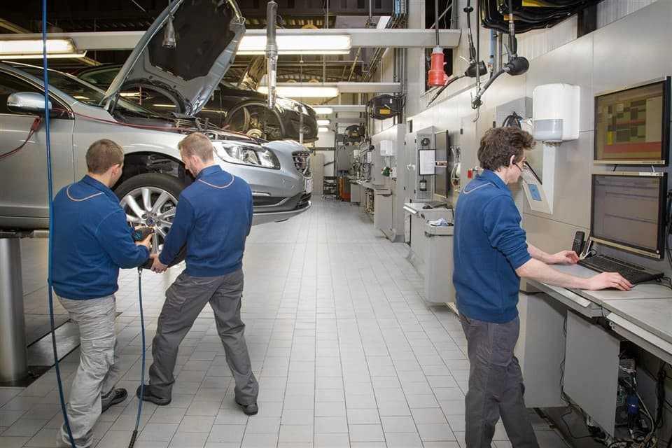 Volvo Personal Service: twee monteurs werken aan je auto.
