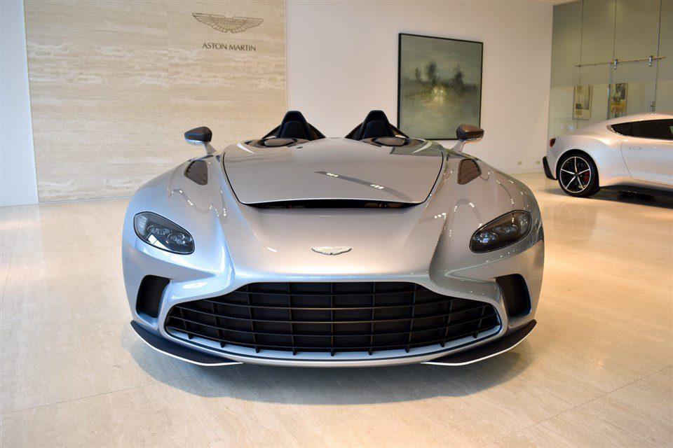 Aston Martin V12 Speedster voorkant