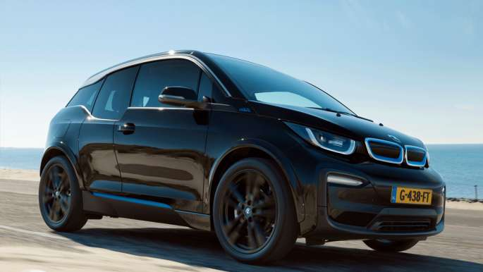 BMW i3 For the Oceans Edition rijdend op het  strand