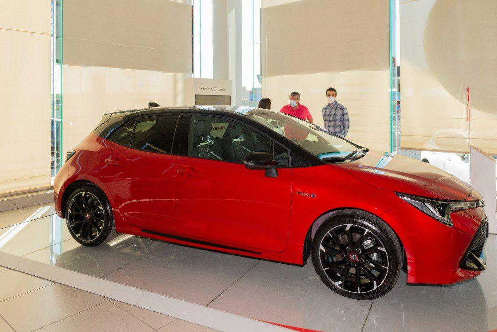 Zijaanzicht van de Toyota Corolla Hybrid