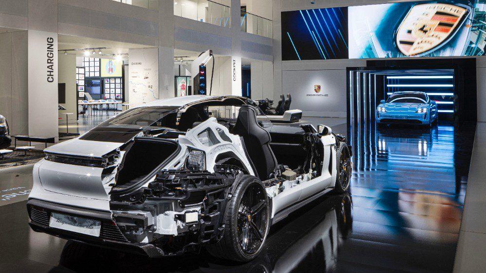 Een opengewerkte versie van de Porsche Taycan