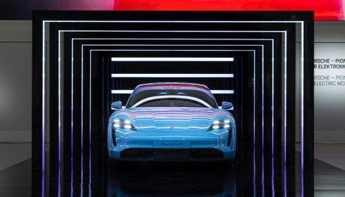 Een Porsche Taycan bij Drive in Berlijn