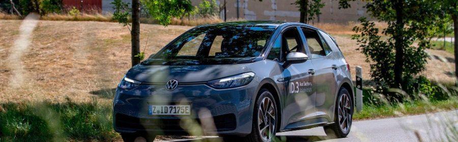 Een Volkswagen ID.3 op de weg
