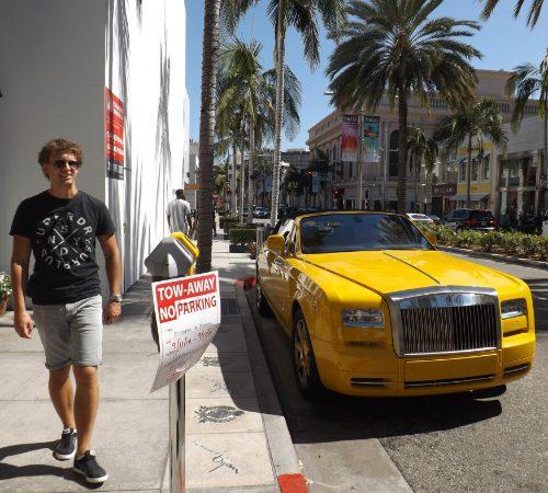 Robert van Heerde naast de Rolls-Royce van Bijan
