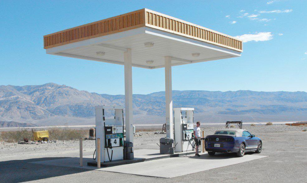 Autoverhalen Tanken in de woestijn