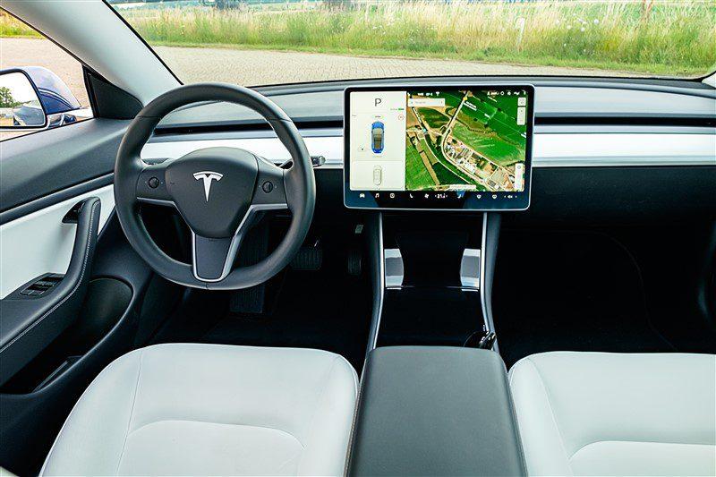 onderhand een herkenbaar Tesla Model 3 interieur