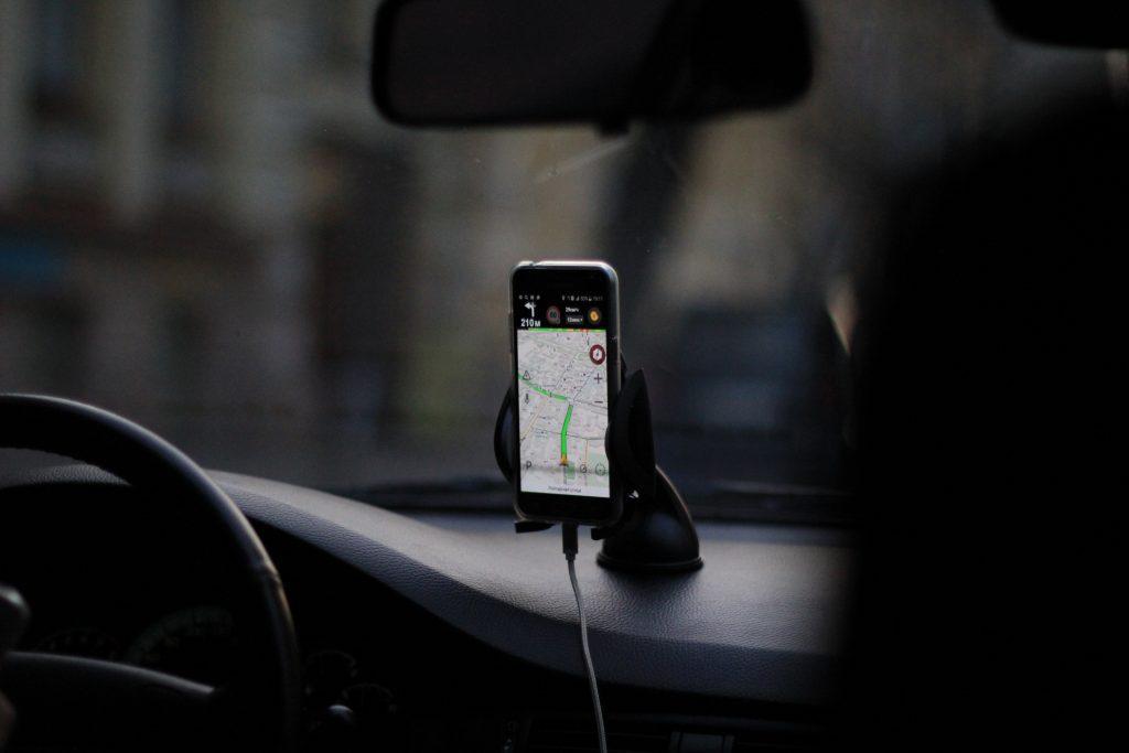 telefoon in houder in auto mag van de slimme camera