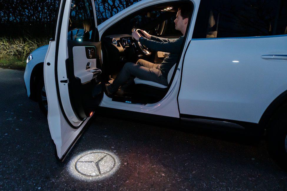 Mercedes logo wordt op de grond gepresenteerd