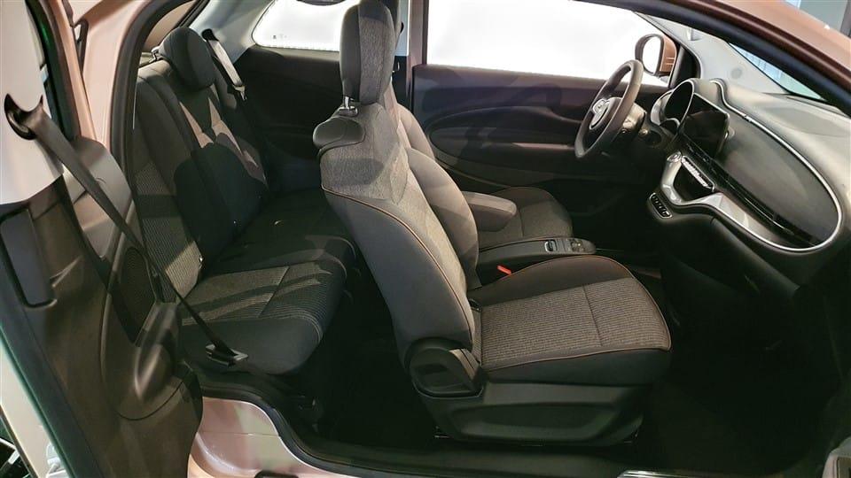 inkijk in Fiat 500 geopende deuren