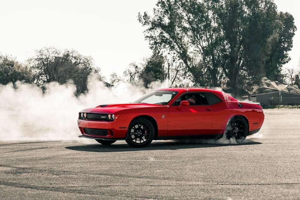 Dodge Challenger SRT Hellcat doet burnout