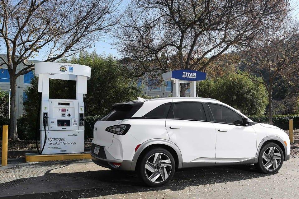 waterstofauto Hyundai NEXO wit bij witte pomp