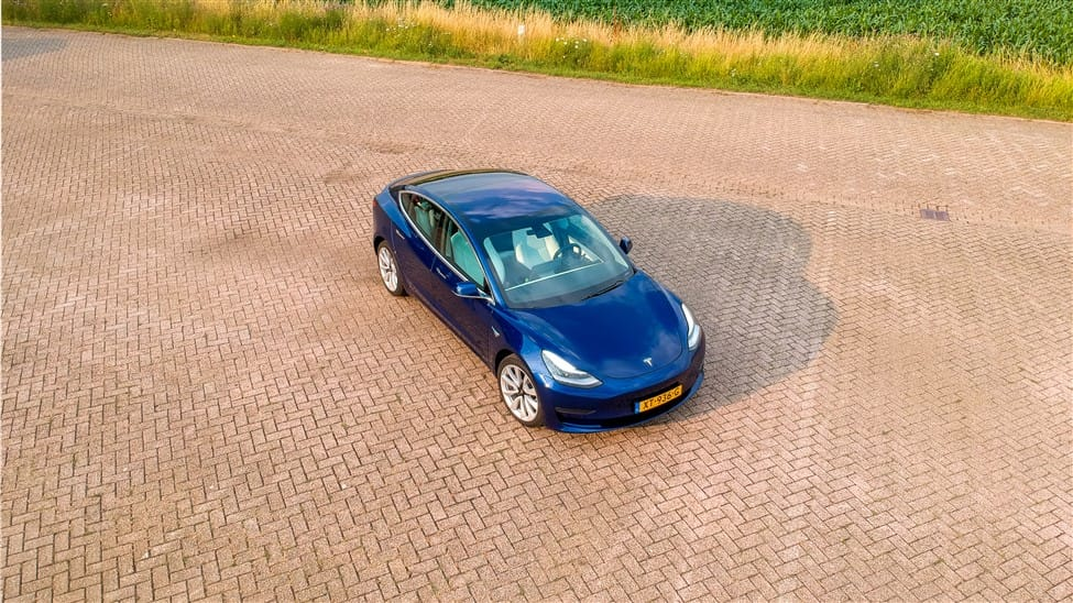 drone foto blauwe Tesla Model 3