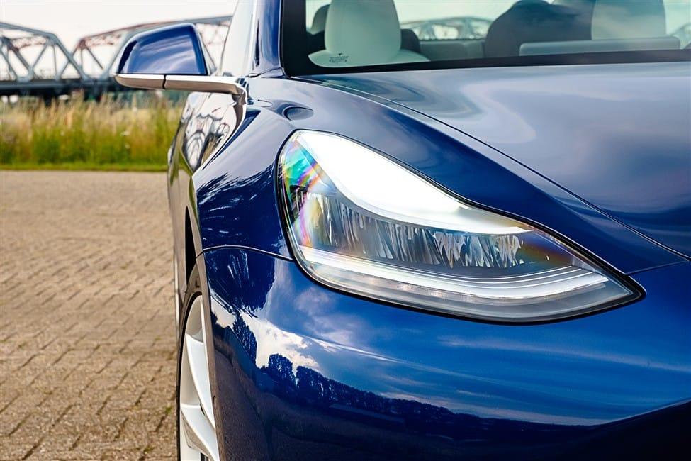 koplamp blauwe Tesla Model 3