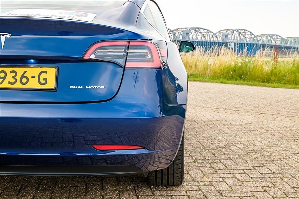 rechter achterkant blauw Tesla Model 3