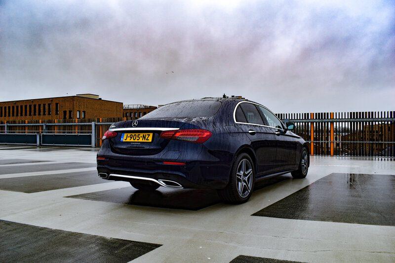 Mercedes E-klasse van achteren gezien
