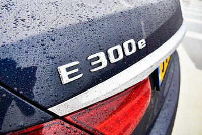 De kleine e geeft aan dat dit een hybride Mercedes is