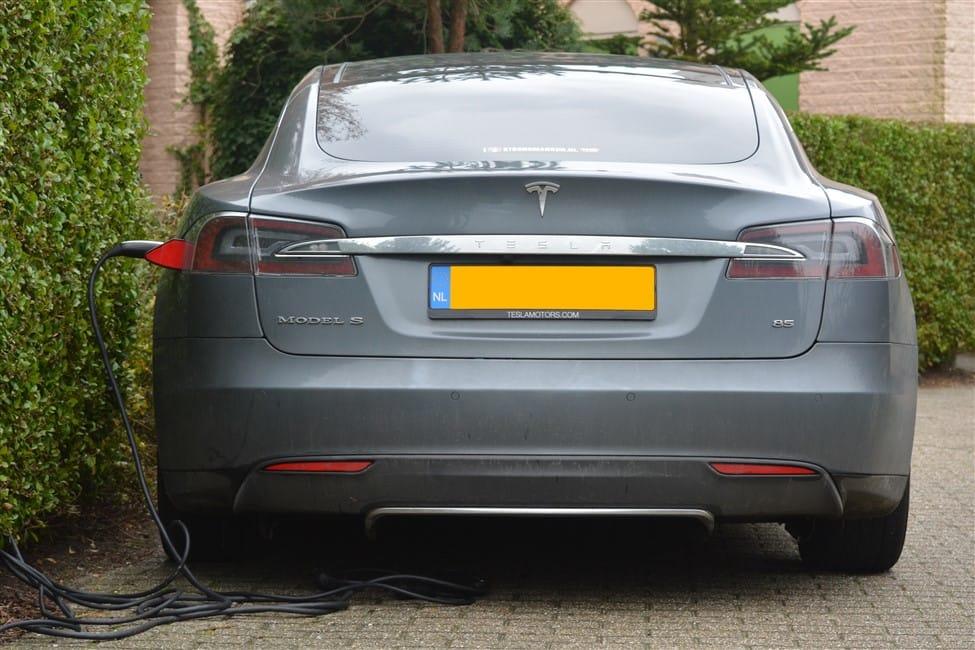 grijze Tesla Model S thuis opladen