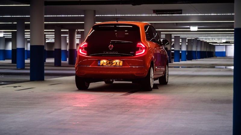 achterkant Renault Twingo Electric in pakeergarage met lampen aan