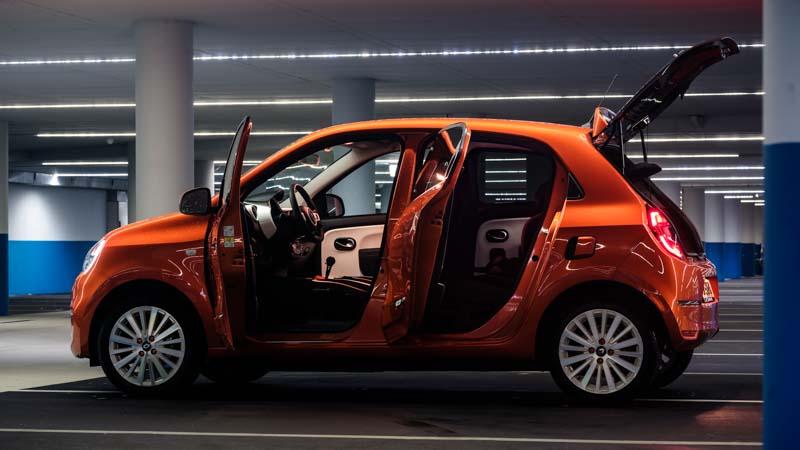 oranje Renault Twingo Electric met geopende portieren en achterklep
