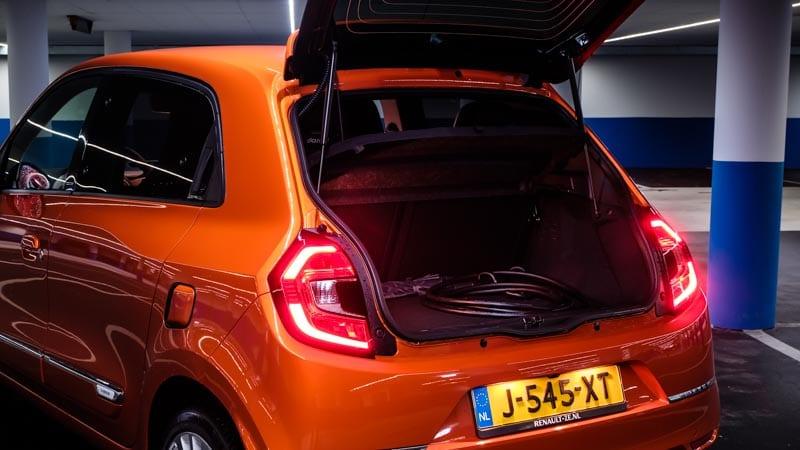 oranje Renault Twingo Electric achterkant geopende achterklep met laadkabel