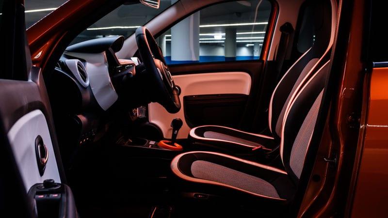 inkijk in het interieur van Renault Twingo Electric bij geopende portier