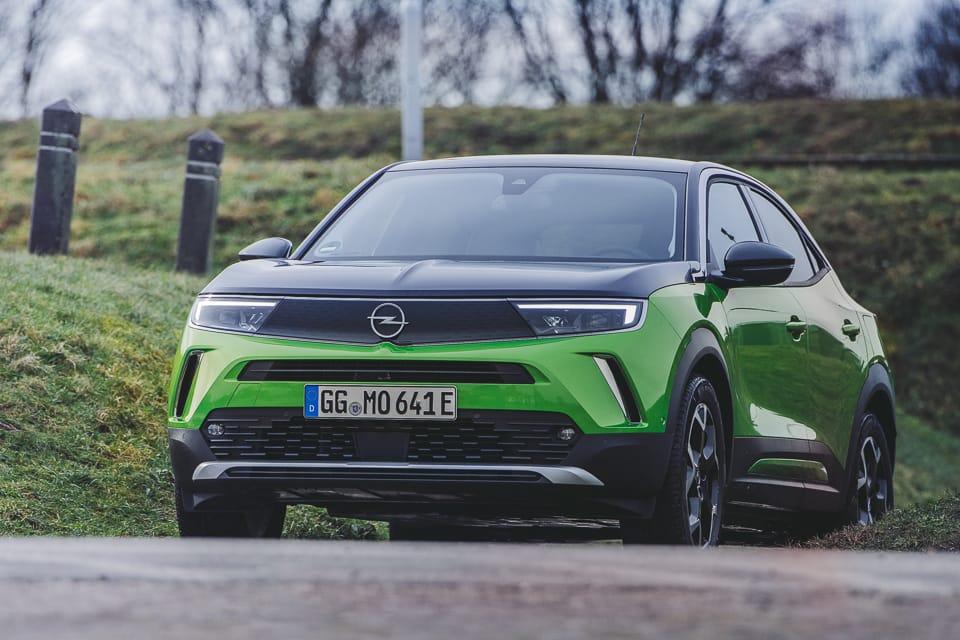 groen zwarte Opel Mokka op een helling