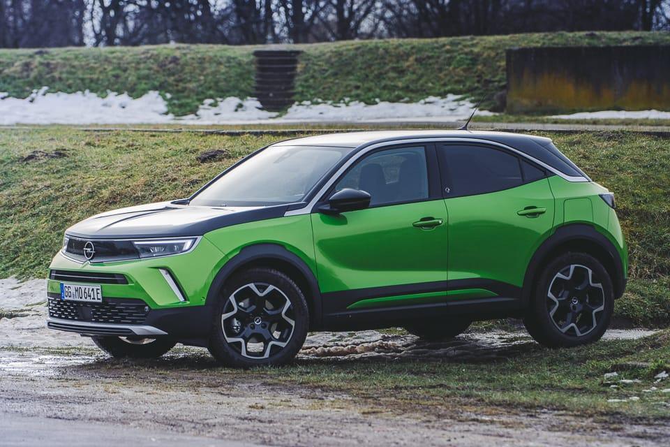 Opel Mokka-e voor grasheuvel