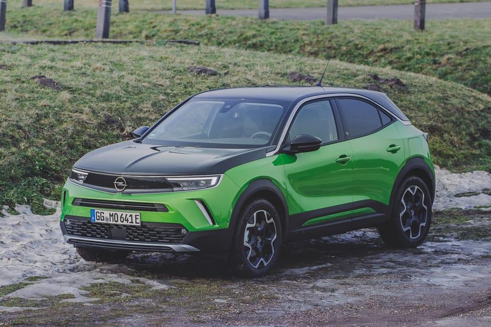 groene Opel Mokka-e met zwart dak en zwarte motorkap gras