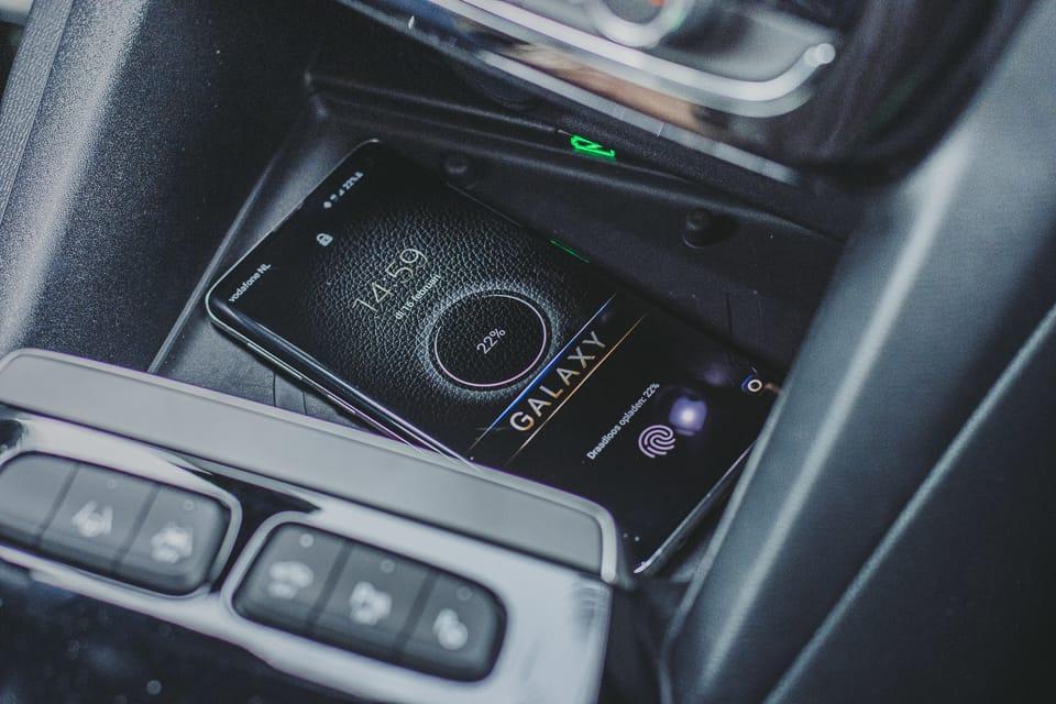 Samsung Galaxy S10 wordt draadloos opgeladen bij de Opel Mokka-e