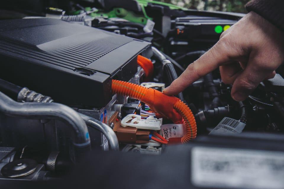 motorruimte met oranje kabels voor elektrogedeelte
