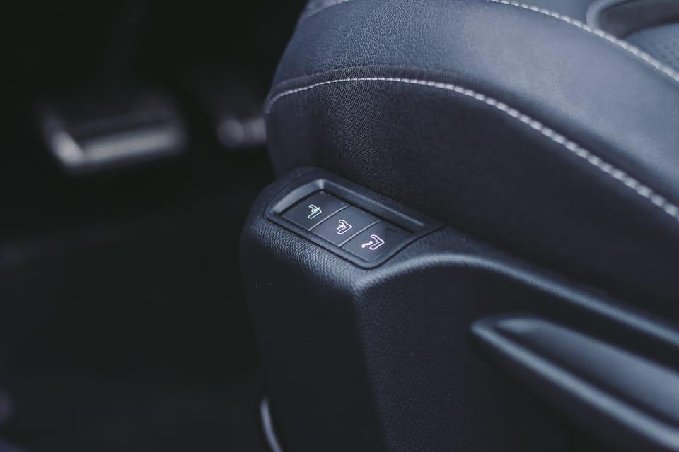 3 knoppen naast de stoel voor de elektrisch verstelbare lendesteun en stoelmassage