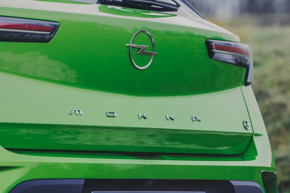 achterkant Opel Mokka-e groen