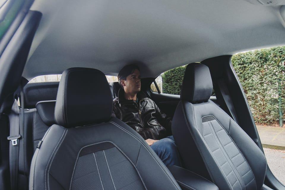 iemand op de achterbank van de Opel Mokka-e. genoeg hoofdruimte
