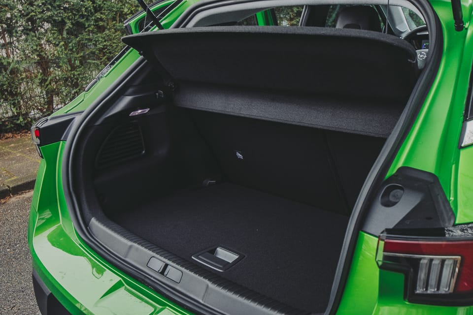 geopende achterklep met zicht op bagageruimte