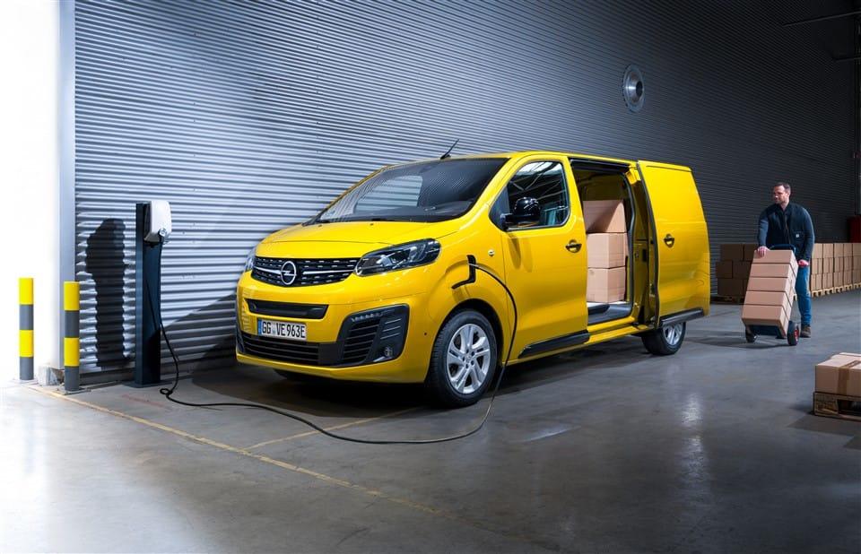 gele opel e-vivaro bestelwagen wordt ingeladen met dozen
