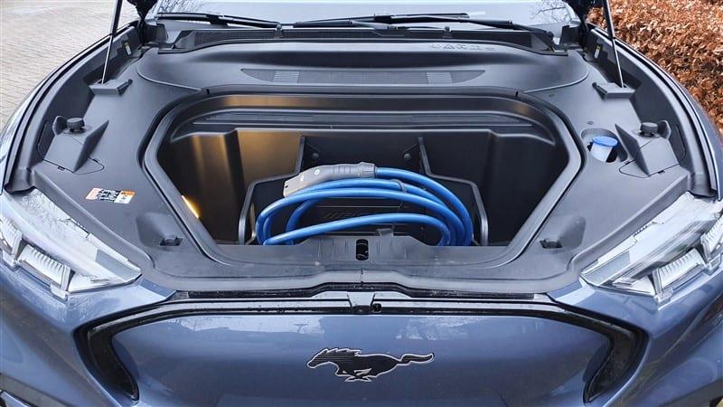 frunk met laadkabel er in Ford Mustang Mach-e