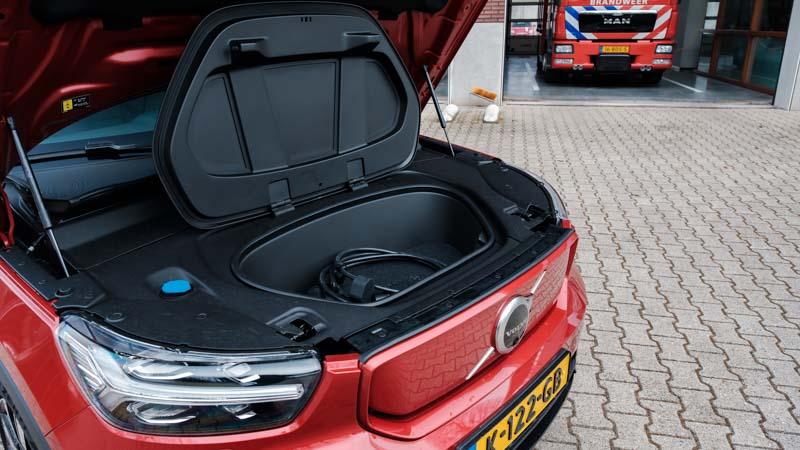 motorkap open en frunk open van rode Volvo XC40 P8 Recharge