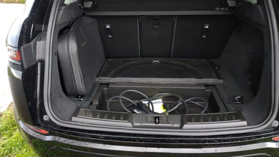 bagageruimte Range Rover Evoque met geopende klep waarin laadkabel ligt