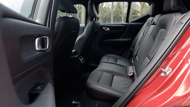 zwarte achterbank rode Volvo XC40
