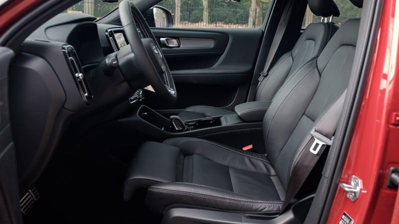zwart voorstoelen Volvo XC40 gefotografeerd vanuit geopende bestuurdersportier