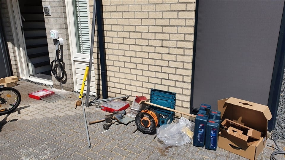 laadpaalmontage thuis veel gereedschap op de grond voor de installatie