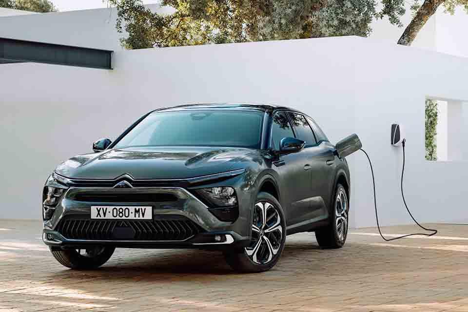 Voorzijde Citroën, aan de stekker, wallbox