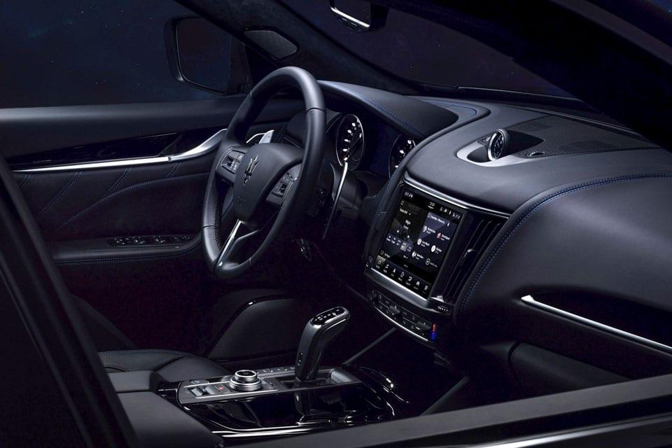 Interieur, doorzicht rechter zijruit voorportier Maserati Levante Hybrid