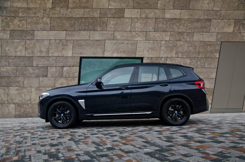 Zijkant BMW iX3 Shadowline Black Package