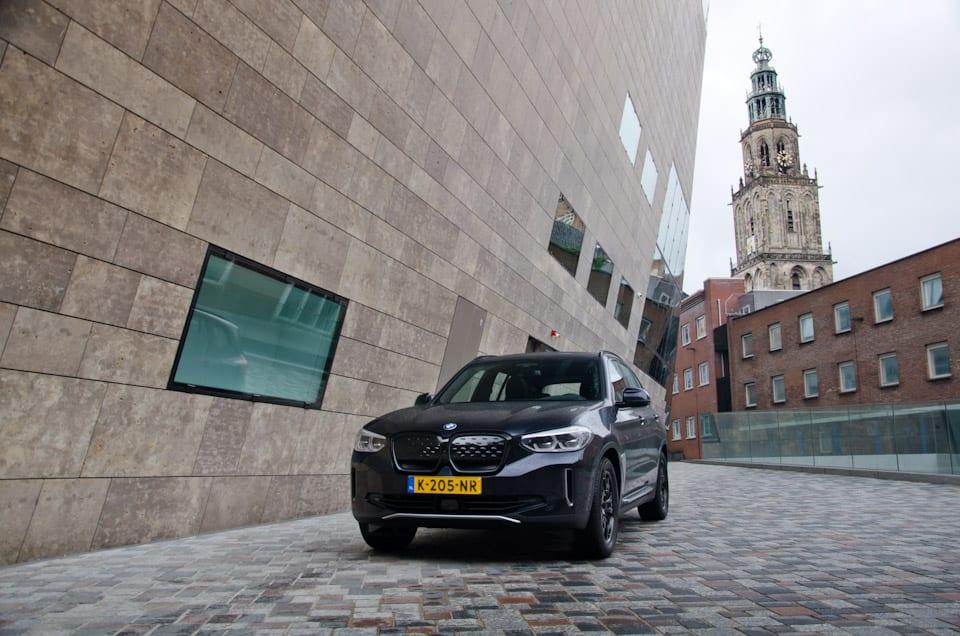Voorzijde BMW iX3 Shadowline, kerktoren, Martinikerk Groningen, Forum Groningen