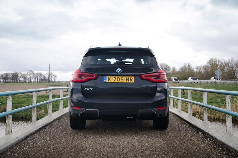 BMW iX3 Shadowline achterzijde, brug, hekjes