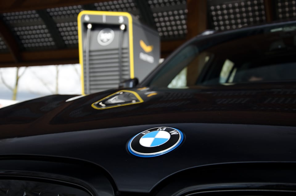 Blauw BMW logo, geel Fastned snellaadstation