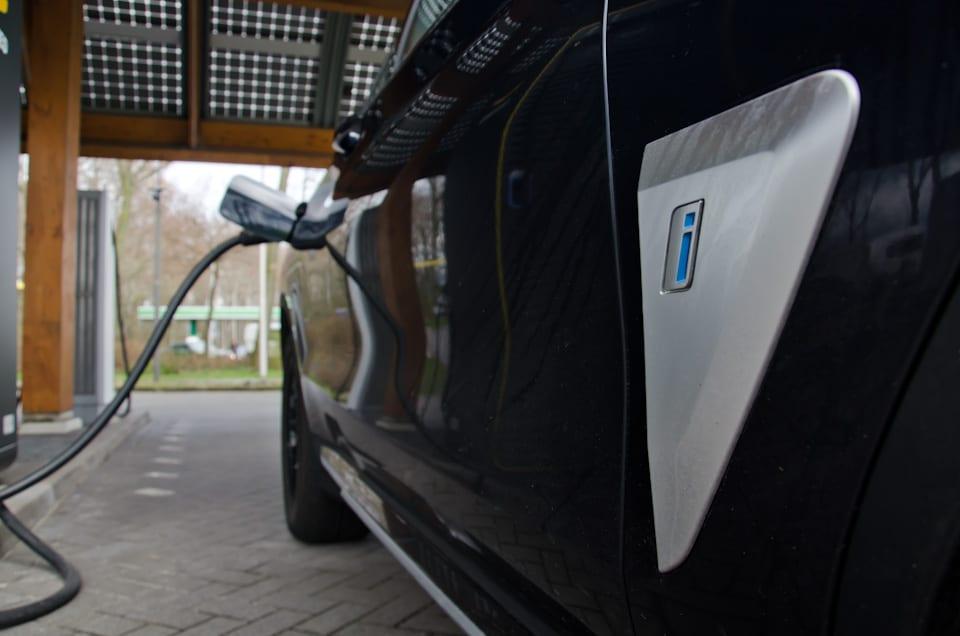 BMW i, blauwe i, auto aan laadsnoer
